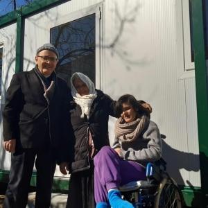 08-Padre-Pasquale-Nalli-consegna-un-modulo-abitativo-a-una-famiglia-terremotata