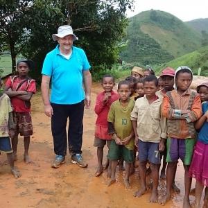 09-Bambini-con-il-missionario