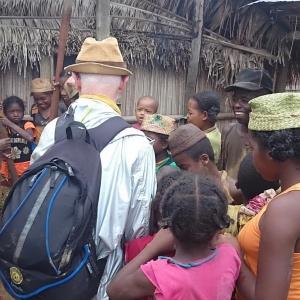 10-Missionario-in-un-villaggio