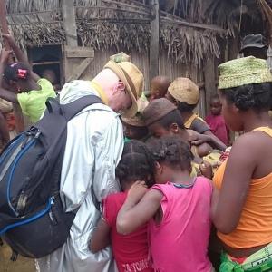 11-Missionario-in-un-villaggio